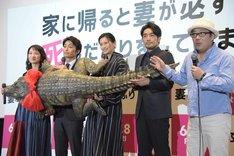 ワニを紹介する李闘士男(右)。