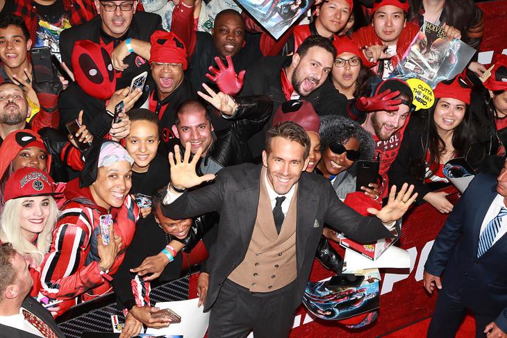 「デッドプール2」ニューヨークプレミアにて、ファンと記念撮影するライアン・レイノルズ(中央)。