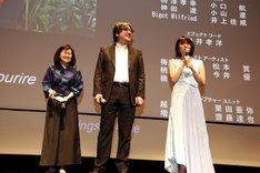 舞台挨拶に登壇した細田守(中央)と上白石萌歌(右)。