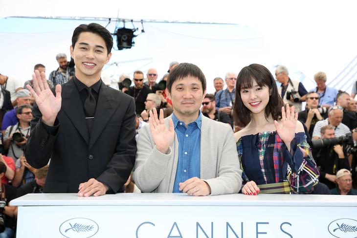 左から、記者会見前のフォトコールに登場した東出昌大、濱口竜介、唐田えりか。(c)Kazuko WAKAYAMA