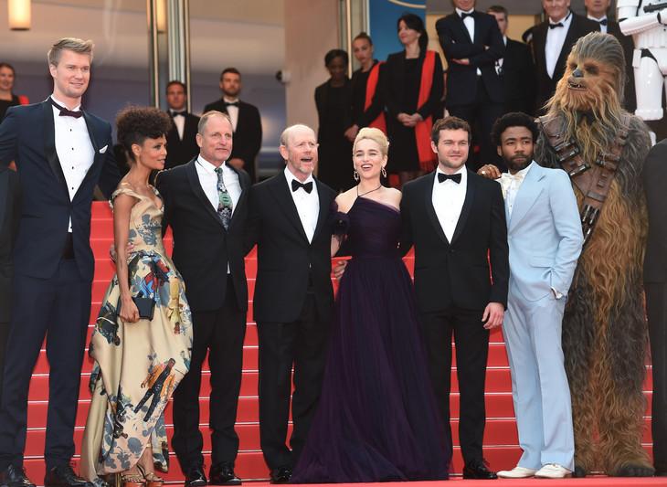 左からヨーナス・スオタモ、タンディ・ニュートン、ウディ・ハレルソン、ロン・ハワード、エミリア・クラーク、オールデン・エアエンライク、ドナルド・グローヴァー、チューバッカ。