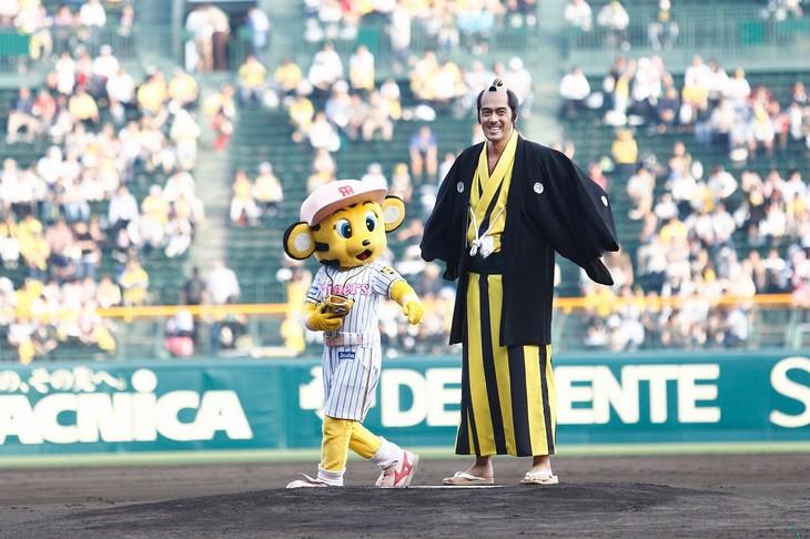 阪神タイガースのマスコットキャラクター・ラッキー(左)と阿部寛(右)。