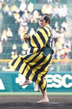 投球フォームに入る阿部寛。