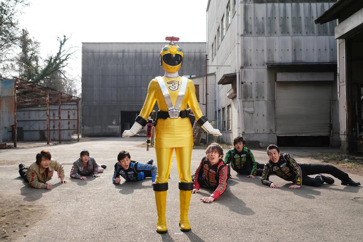 「炎神戦隊ゴーオンジャー 10 YEARS GRANDPRIX」より、ケガイエロー(中央)。