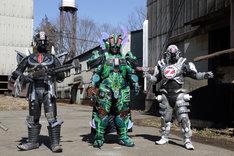 「炎神戦隊ゴーオンジャー 10 YEARS GRANDPRIX」より、グレイズキー(左)とノイーズン(中央)。
