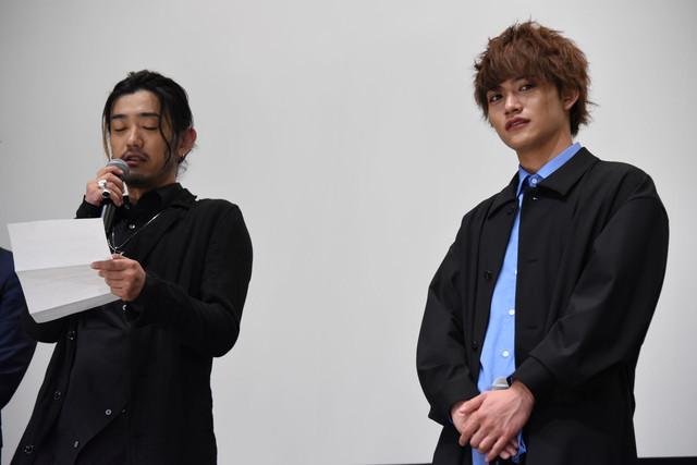 手紙を読み上げる谷口賢志(左)。