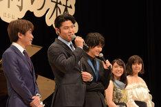 鈴木亮平(中央左)の発言に登壇者たちが笑う様子。