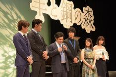 映画の感想を述べる辻井伸行(中央)。