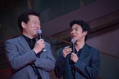 左から佐藤二朗、太賀。