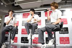 トーク中、不意に椅子の高さを上げた須賀健太(中央)。