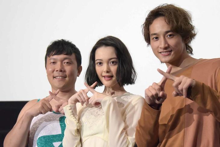 テレビドラマ版「わたしに××しなさい!」一挙上映イベントの様子。左からオラキオ、玉城ティナ、小関裕太。
