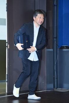 パルムドールのトロフィーが入ったケースを抱えて登場した是枝裕和。