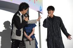 作品を意識したコーディネートをアピールする葉山奨之(右)へ、「何、俺の衣装が牛みたいだって言いたいの?」と返す大泉洋(左)。