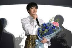 花束を受け取った小松菜奈。