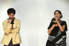 左から太賀、セカール・サリ。