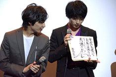 福山潤からの色紙を受け取った横浜流星(右)。