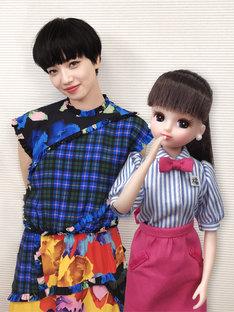 左から小松菜奈、リカちゃん。