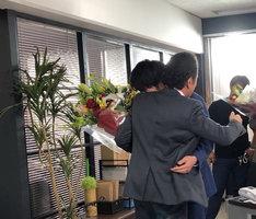 ハグをする田中圭(右)と吉田鋼太郎(左)。