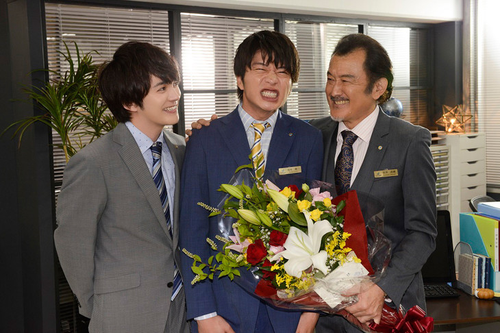 左から林遣都、田中圭、吉田鋼太郎。