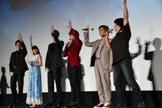 羽住英一郎(右端)に「(続編を)やりたい人?」と聞かれ、挙手するキャストたち。