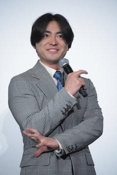 佐藤二朗が大きな声を出すときのモノマネを披露する山田孝之。