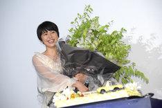 百合の花束を持つ長澤まさみ。