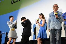 グリグリが「ニャーン」と鳴いたのを聞いて、ガッツポーズする吉沢亮(中央左)。