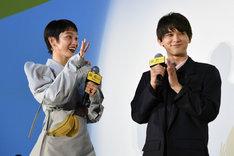 グリグリが「ニャーン」と鳴いたのを聞いて、安心した様子の吉沢亮(右)。