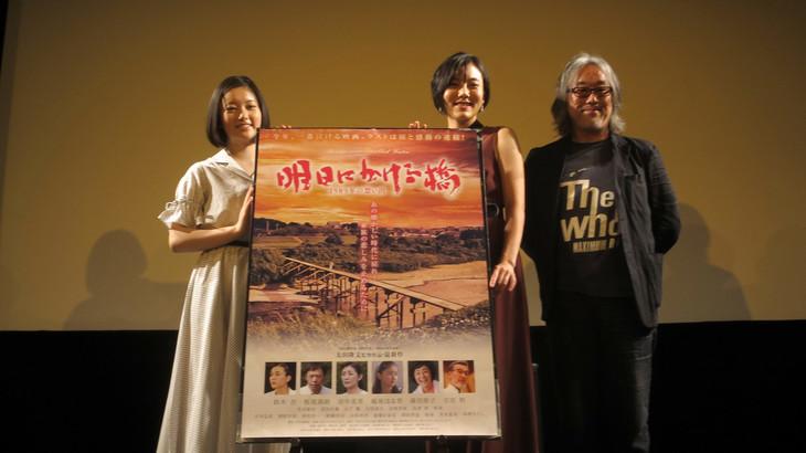 「明日にかける橋 1989年の想い出」完成披露試写会にて、左から越後はる香、鈴木杏、太田隆文。