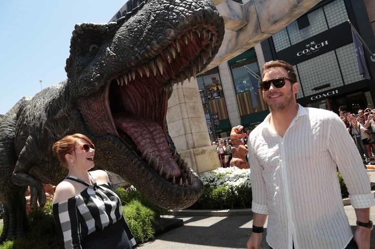 「ジュラシック・ワールド/炎の王国」ロサンゼルスでのAmazonデリバリーイベントに出席したクリス・プラット(右)とブライス・ダラス・ハワード(左)。