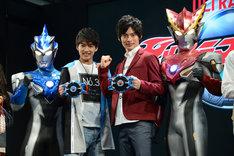 左からウルトラマンブル アクア、小池亮介、平田雄也、ウルトラマンロッソ フレイム。