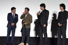 衣装をいじられる光石研(中央左)。