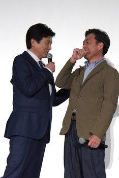 鈴木亮平に撮影現場でのエピソードを暴露され、赤面する光石研(右)。