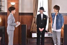 「崖っぷちホテル!」第10話より。左から谷村美月演じる久美、戸田恵梨香演じる佐那、岩田剛典演じる宇海。