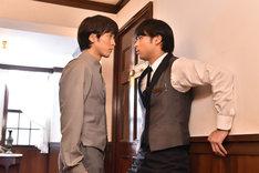 「崖っぷちホテル!」第10話より。左から松島庄汰演じる伊甲、佐伯大地演じる服部。