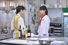 「崖っぷちホテル!」第10話より。左から小野花梨演じる田丸、浜辺美波演じるハル。