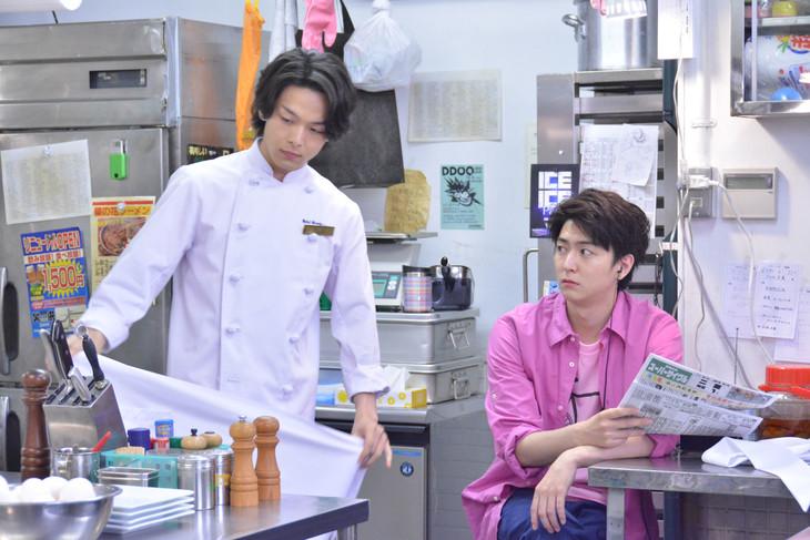 「崖っぷちホテル!」第10話より。左から中村倫也演じる江口、稲葉友演じる吉川。