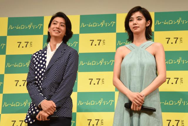 左から健太郎、池田エライザ。