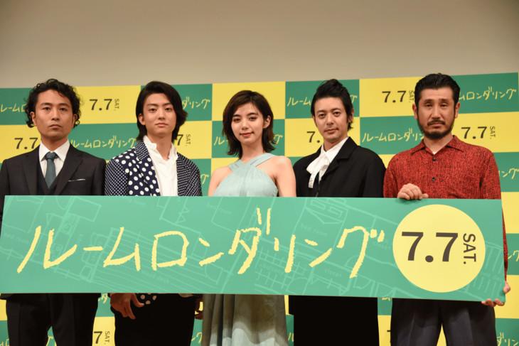 「ルームロンダリング」完成披露試写会の様子。左から片桐健滋、健太郎、池田エライザ、オダギリジョー、渋川清彦。