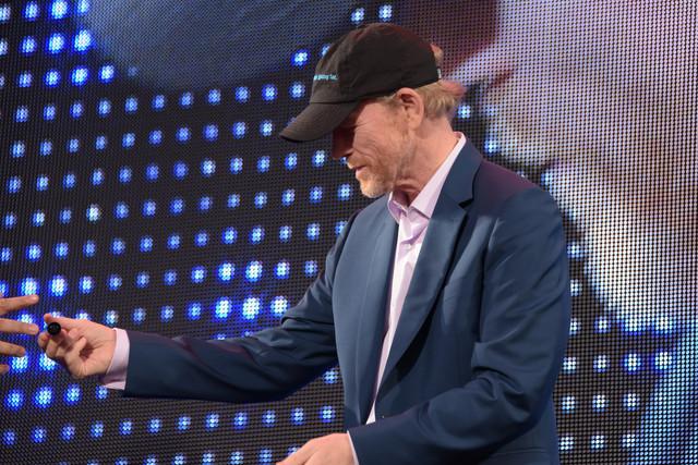 サイン用のペンを持ったままステージに上がったロン・ハワード。