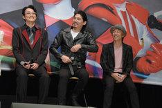 上堀内佳寿也(右)からジャケットのジッパーを下ろされ、慌てて直す水上剣星(中央)。