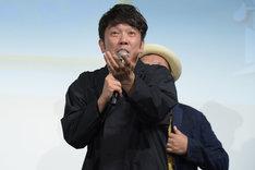 受賞者の女性と握手しようとするも、素通りされてしまった木本武宏。