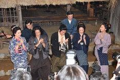 号泣する田上晃吉(上段右)に拍手を送る共演陣。