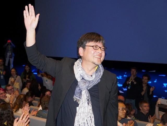 アヌシー国際アニメーション映画祭の舞台挨拶に登壇した細田守。