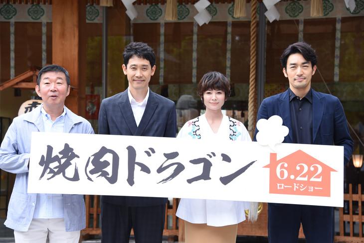 「焼肉ドラゴン」大ヒット祈願イベントの様子。左から鄭義信、大泉洋、真木よう子、大谷亮平。