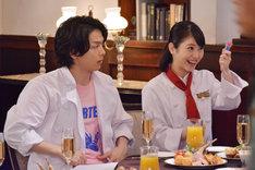 「崖っぷちホテル!」第10話より。左から中村倫也演じる江口竜二、浜辺美波演じる鳳来ハル。