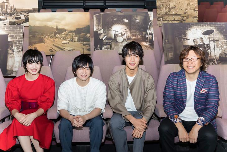 左から小松菜奈、知念侑李、中川大志、三木孝浩。
