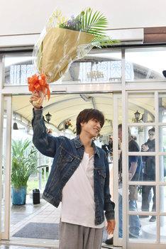 クランクアップを迎え、花束を掲げる岩田剛典。