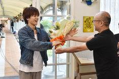 クランクアップを迎え、花束を受け取る岩田剛典(左)。