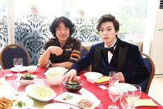中華料理を満喫する羽住英一郎(左)と、新田真剣佑(右)。